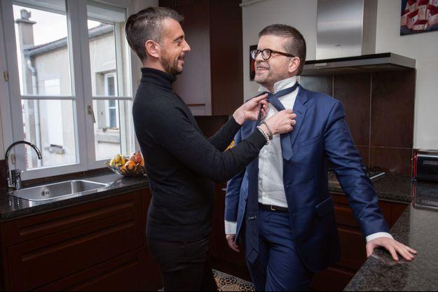Luc Carvounas et son mari Stéphane Exposito posent chez eux pour Match.