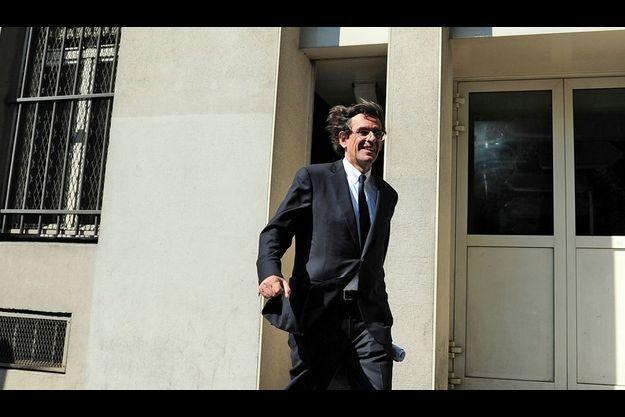 Luc Ferry quitte les locaux de la Préfecture de police de Paris après son audition comme témoin.