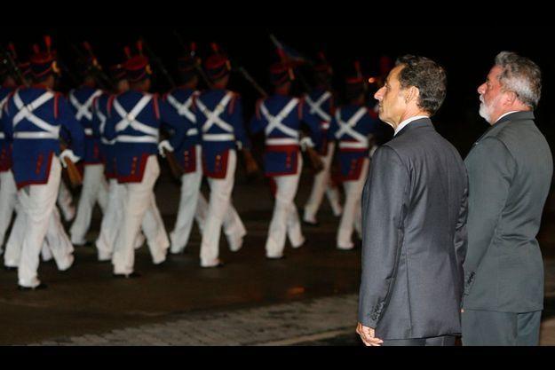 Les deux chefs d'Etat passent en revue la garde d'honneur brésilienne.