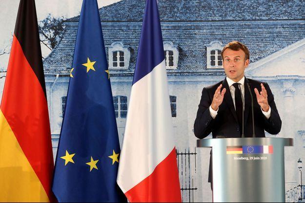 Emmanuel Macron lundi à Meseberg (Allemagne) lors d'une conférence de presse avec la chancelière allemande Angela Merkel.