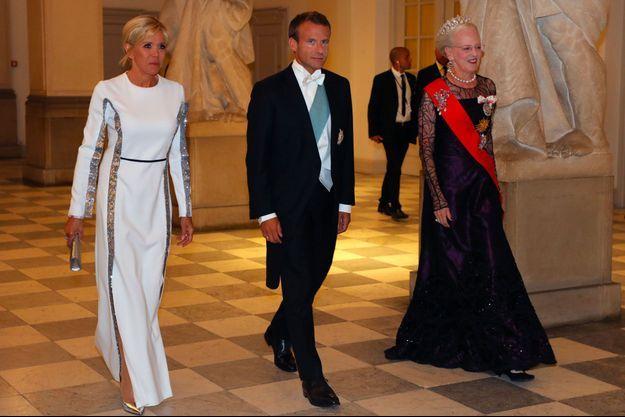 Brigitte Macron, Emmanuel Macron et la reine Margrethe II du Danemark, mardi soir au palais de Christiansborg.