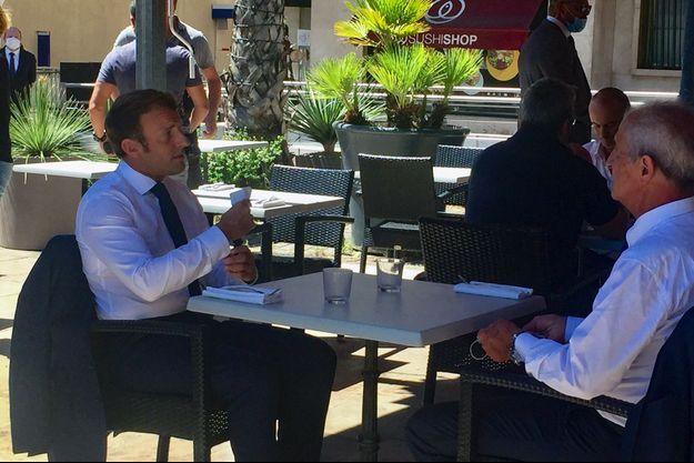 Emmanuel Macron ici attablé avec le maire de Toulon Hubert Falco.