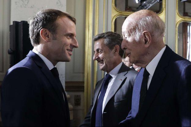 Emmanuel Macron face à Valéry Giscard d'Estaing et à côté de Nicolas Sarkozy en 2018.