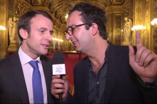 """Emmanuel Macron chante """"L'été indien"""" devant la caméra de Canal+."""