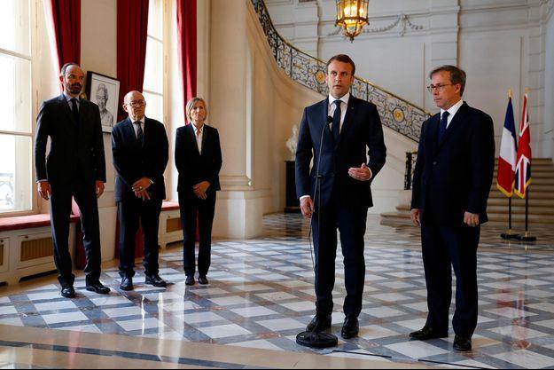 Emmanuel Macron aux côtés de ses ministres et de l'ambassadeur de Grande-Bretagne à Paris.