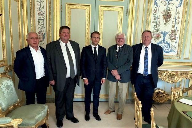 De g. à dr. : François Patriat, Willy Schraen et Emmanuel Macron lors de la réunion qui a suscité la démission de Nicolas Hulot, fin août 2018.