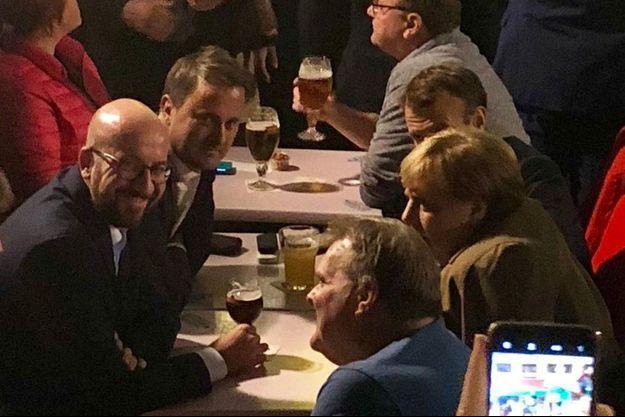 Charles Michel, Xavier Bettel, Angela Merkel et Emmanuel Macron se sont retrouvés dans la soirée, autour d'une bière et de frites.