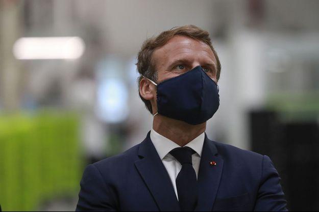 Emmanuel Macron lors de la visite de l'usine Valeo d'Etaples, dans le Pas-de-Calais, mardi.