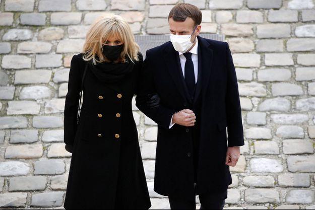 Le couple Macron, fin novembre aux Invalides à Paris pour l'hommage national à Daniel Cordier.