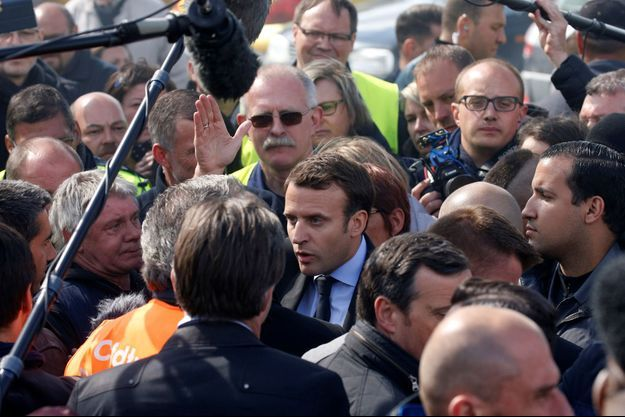 Emmanuel Macron discurtant avec des salariés de Whirpool, mercredi après-midi.