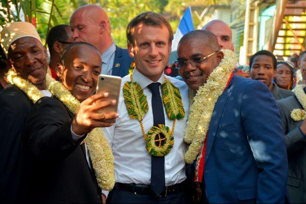 Emmanuel Macron et le maire de Mtsamboro, Harouna Colo.