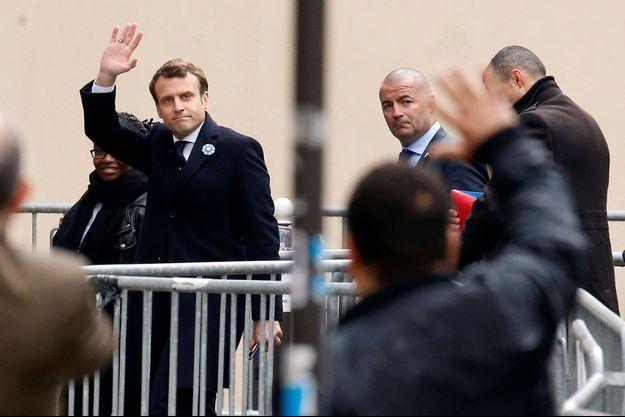 Emmanuel Macron arrive à son QG, lundi.