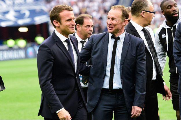 Emmanuel Macron et Jean-Pierre Papin, ici en 2017 lors de la finale de la coupe de France entre PSG et Angers.