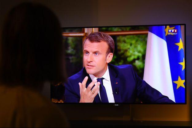 Une téléspectatrice assiste à l'interview d'Emmanuel Macron sur TF1, à Rennes, dimanche soir.