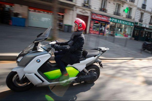 Gaspard Gantzer circule à Paris sur un scooter, en avril.