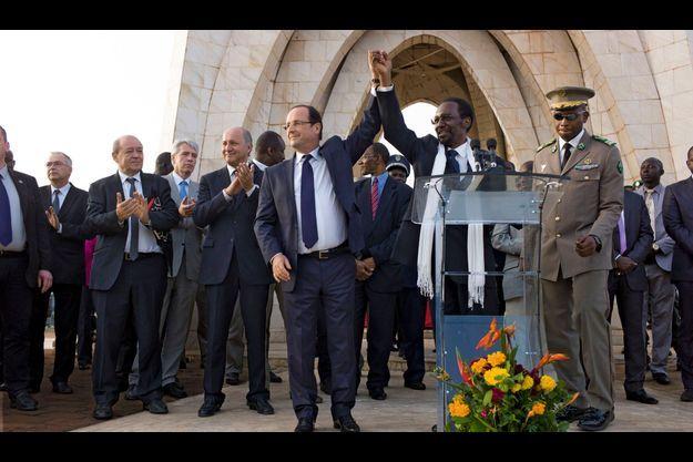 Sur la place de l'Indépendance à Bamako, le 2 février, avec le président malien Dioncounda Traoré. François Hollande est accompagné de Laurent Fabius, le ministre des Affaires étrangères, et de celui de la Défense, Jean-Yves Le Drian.