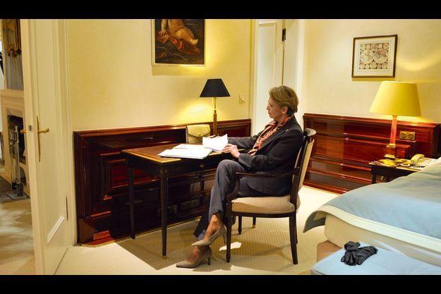 A Munich, samedi 5 février, dans sa chambre de l'hôtel Bayerischer Hof, qui accueille le Forum sur les politiques de défense. Malgré la polémique, Michèle Alliot-Marie prépare déjà, avant d'aller dîner, son prochain déplacement, à Varsovie, pour le sommet France-Allemagne-Pologne.