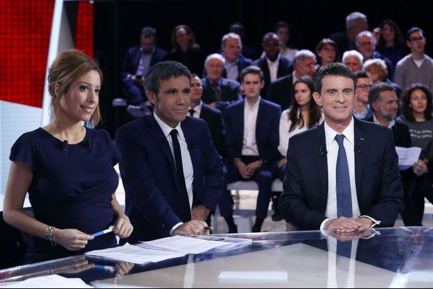 """Léa Salamé, David Pujadas et Manuel Valls, jeudi soir, dans """"L'Emission politique""""."""