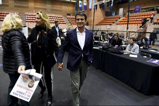 Le 16 mai. Avec la femme d'affaires susana Gallardo, sa nouvelle compagne, à l'issue d'un meeting dans un quartier de Barcelone.