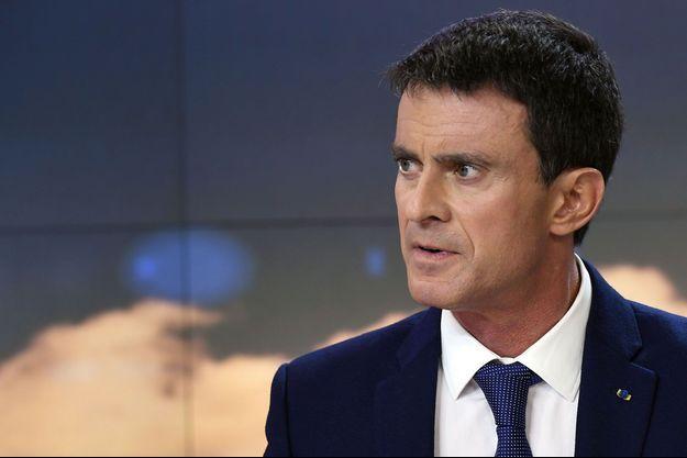 """Manuel Valls sur le plateau du JT du """"20 heures"""", le 6 décembre."""