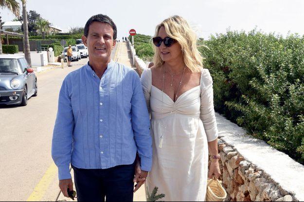 Manuel Valls et Susana Gallardo dimanche, à Minorque. Ils arrivent pour la paella, offerte aux convives au yacht-club.