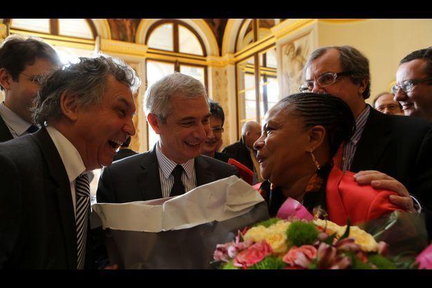 Bartolone et Urvoas offrent chacun un bouquet de fleurs à Christiane Taubira