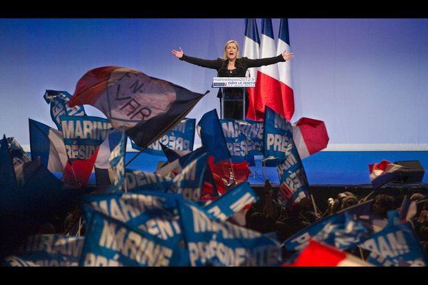 Marine Le Pen sur la scène du Zénith de Paris, mardi soir.
