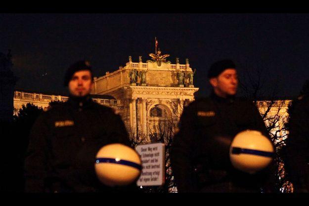 Des policiers encadraient vendredi le palais Hofburg, où se tenait le WKR-Ball, auquel a participé Marine Le Pen.
