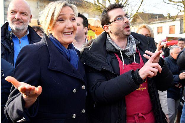 Marine Le Pen en déplacement sur le marché de Saint-André-de-Cubzac.