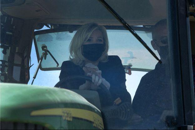 Marine Le Pen, au volant d'un tracteur dans le Gard jeudi.