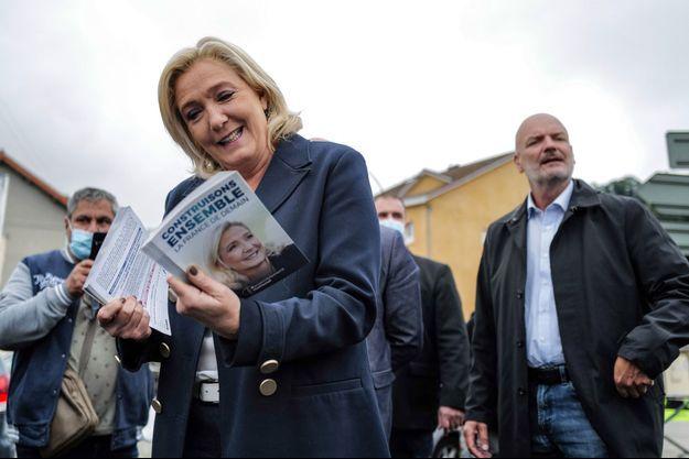 Marien Le Pen tracte à La Tour Du Pin, en Isère mardi.