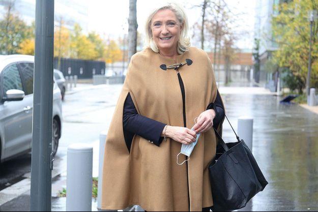 Marine Le Pen quitte les studios de BFM TV le 15 novembre 2020.