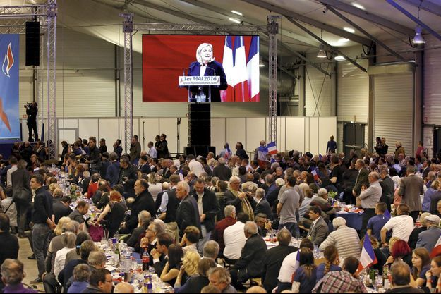"""Ce 1er mai, le Front national a troqué le défilé pour le """"banquet""""."""