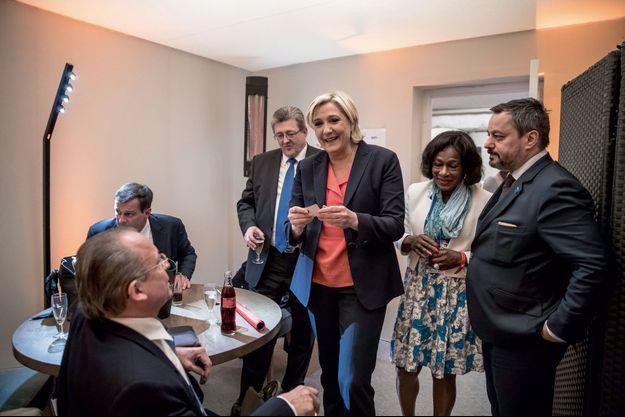 Le 7 mai, au Chalet du lac, Marine Le Pen avec son état-major (de g. à dr.) : Louis Aliot, Michel Guiniot, Huguette Fatna et Nicolas Lesage.