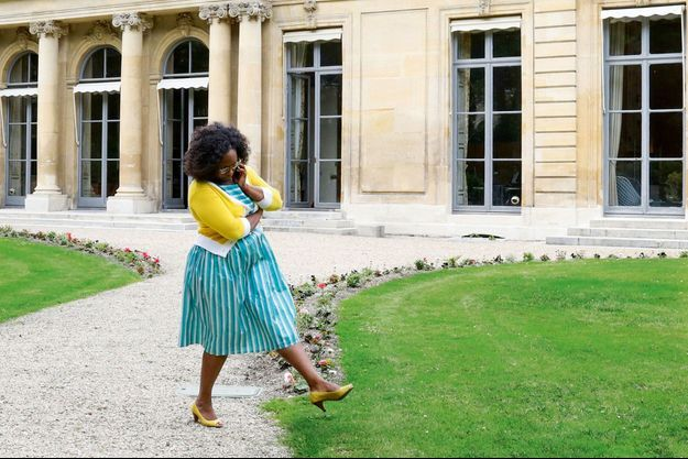 De retour rue de Grenelle, conversation téléphonique dans les jardins de l'hôtel de Rôthelins-Charolais qui abrite son ministère.