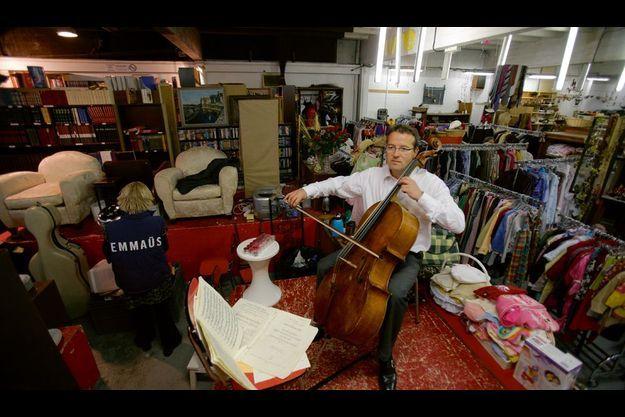 Vendredi 21 mai, dans un entrepôt d'Emmaüs Défi, 80, boulevard Jourdan, à Paris, il répète du Händel, qu'il va jouer avec des amis de l'association. Ces objets, recueillis du lundi au vendredi, sont vendus le samedi.
