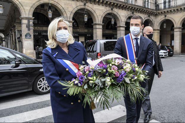 Marine Le Pen a déposé une gerbe de fleurs devant la statue de Jeanne d'Arc, à Paris.