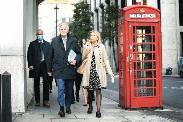 Le 9 octobre, à Londres. C'est à pied que Michel Barnier et ses collaborateurs se rendent à un rendez-vous avec les Britanniques.