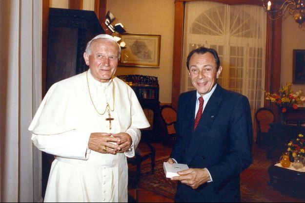 En son temps, Michel Rocard, Premier ministre, avait accueilli le pape Jean-Paul II à l'île de La Réunion, en 1989