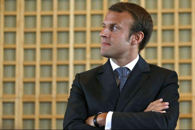 Emmanuel Macron, mercredi lors de la passation de pouvoirs avec Arnaud Montebourg.