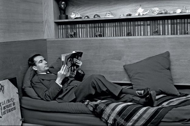 François Mitterrand, alors ministre de l'Intérieur, dans le salon de son appartement parisien de la rue Guynemer, en janvier 1956.