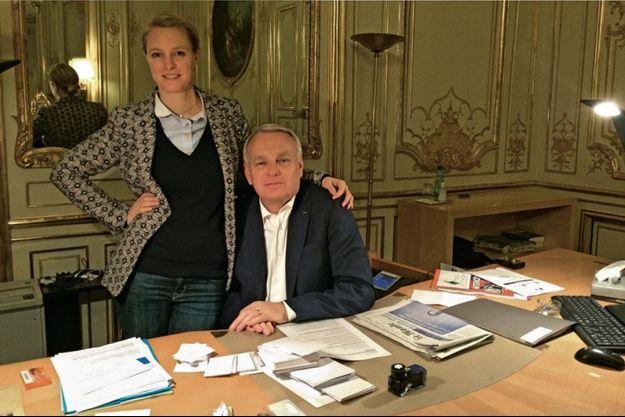 31 mars 2014, Jean-Marc Ayrault avec Elise dans son bureau à Matignon le jour de sa démission photographié sa femme Brigitte.