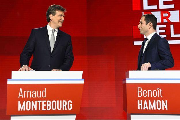 Benoît Hamon et Arnaud Montebourg échangent, lors du débat du 15 janvier, avant le premier tour de la primaire de la gauche.
