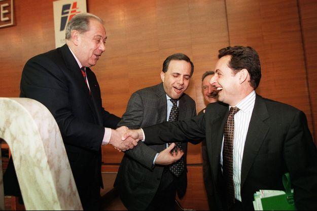 Charles Pasqua et Nicolas Sarkozy en juillet 1998, lors d'un comité politique du RPR.