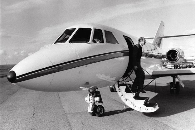 Le président de la République française Valéry Giscard d'Estaing descendant de son avion lors d'une visite officielle.
