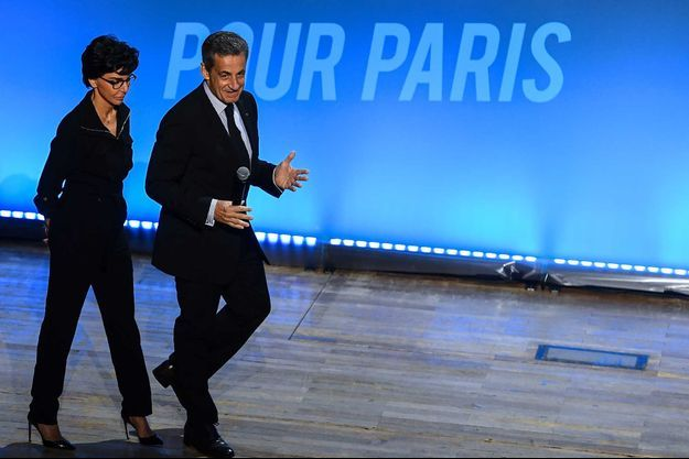 Entrée sur scène de Rachida Dati et Nicolas Sarkozy.