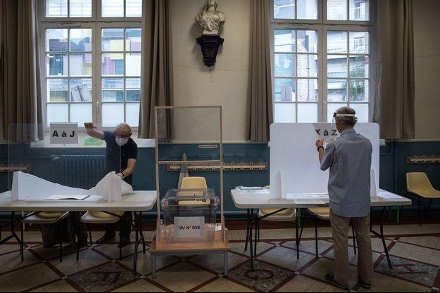 image d'illustration. Installation d'un bureau de vote à Paris dimanche.