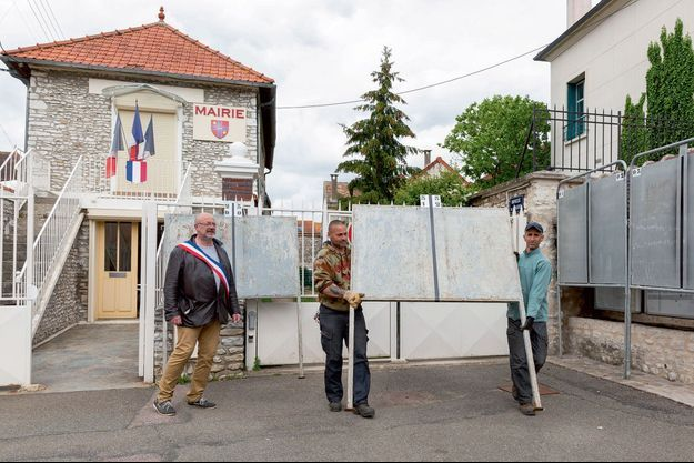 Le maire Pascal Brusseaux et des employés municipaux, à Guernes (78).