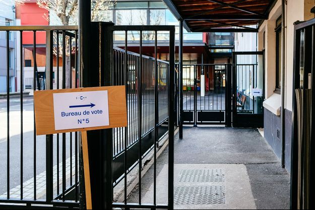 Ici, un bureau de vote à Paris.