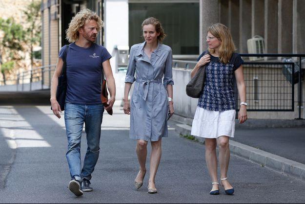 NKM à sa sortie de l'hôpital, accompagnée par son frère Pierre Kosciusko-Morizet et sa soeur Caroline.